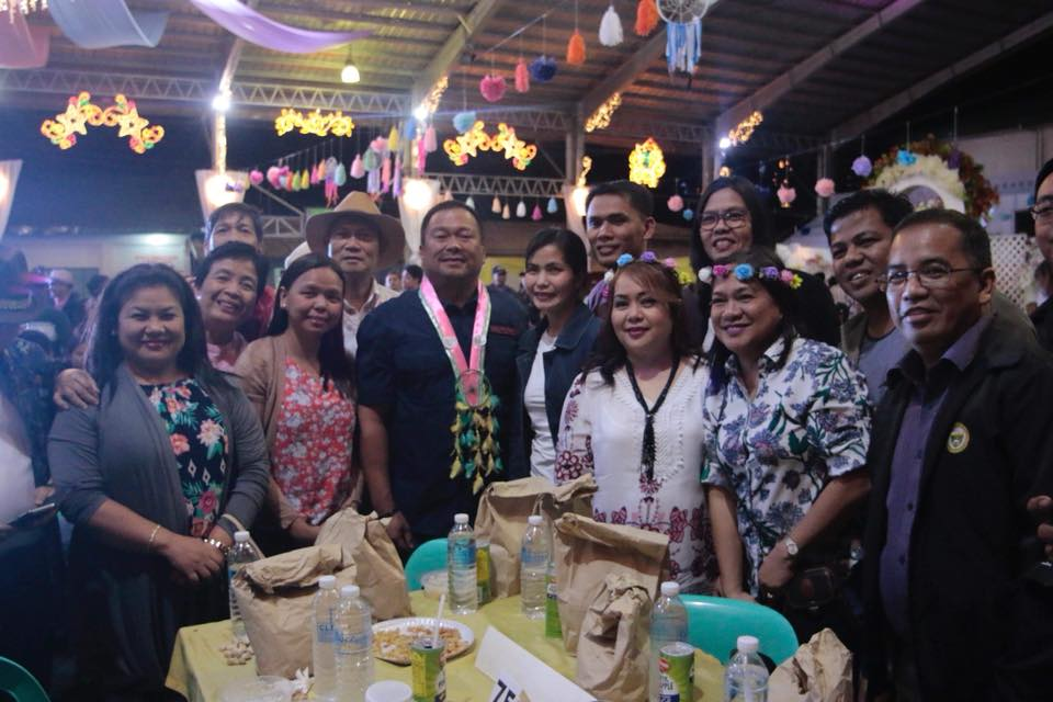 Sen. JV With the City Employees of Science City of Muñoz together with Mayor Nestor Alvarez.