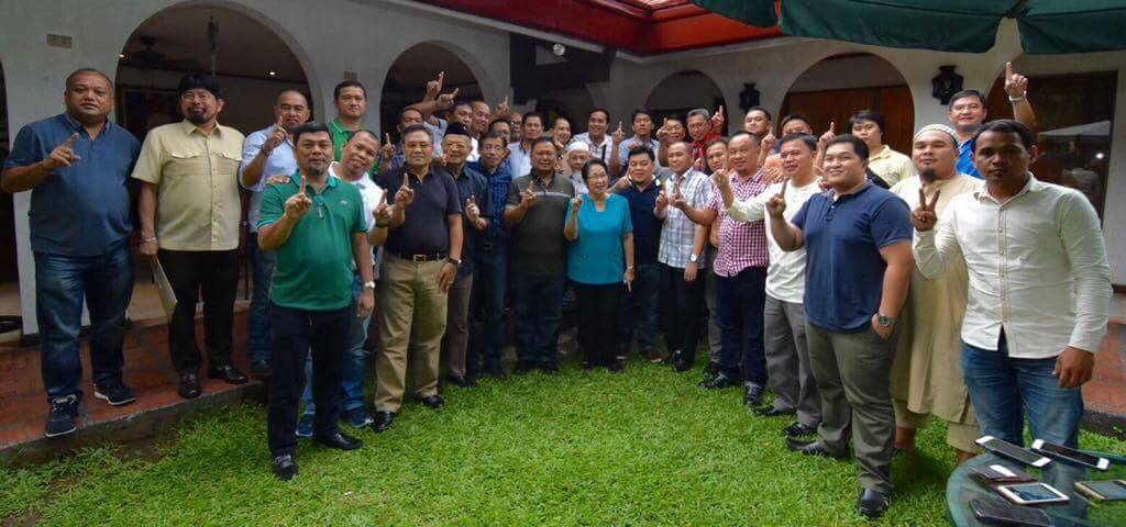 Sen. JV Ejercito With The Marano Traders Who Do Business In Greenhills Shopping Mall